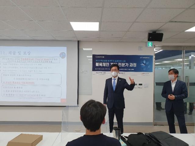 허태정 대전시장이 대전테크노파크 디스테이션에서 진행 중인 21 혁신성장 청년인재 집중양성 과정을 방문해 교육생들을 격려하고 있다