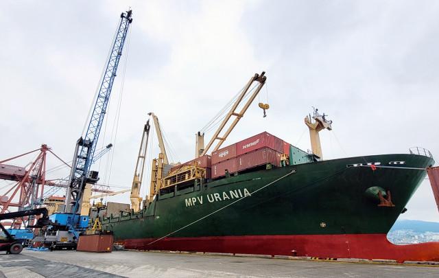 부산항에서 출항을 준비하고 있는 1800TEU급 다목적선 MPV 우라니아호가 수출 기업들의 화물을 싣고 있다
