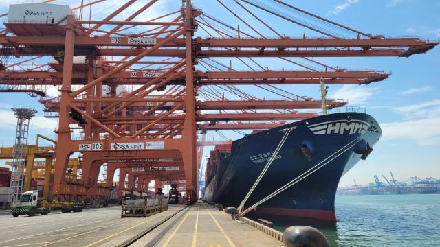 6300TEU급 컨테이너선 HMM 오클랜드호가 부산 신항 HPNT에서 국내 수출기업들의 화물을 싣고 있다