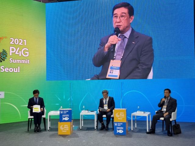 해양특별세션 친환경 선박 세션의 패널로 참석한 배재훈 HMM 사장이 발표를 하고 있다
