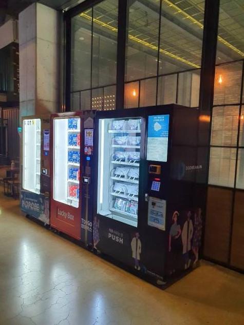 극장 매점 옆 설치된 큐빙 방역 자판기