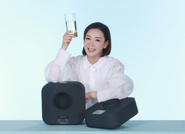 에스씨엘 홍보모델로 발탁된 배우 이상아가 수소수 제조기 슈퍼바이오를 선보이고 있다