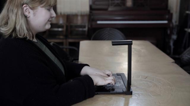 미국 시각장애인 학생이 촉각 디스플레이 '닷 패드'로 이미지를 읽고 있다