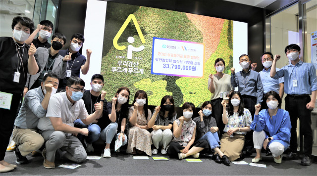 한국여성재단 성평등기금 모금 캠페인에 참여한 유한킴벌리 임직원들