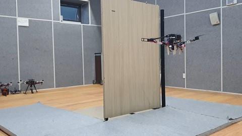 서울대학교 공과대학 김현진 교수 연구팀이 개발한 비행형 머니퓰레이터가 로봇 팔을 이용해 문을 열고 있다