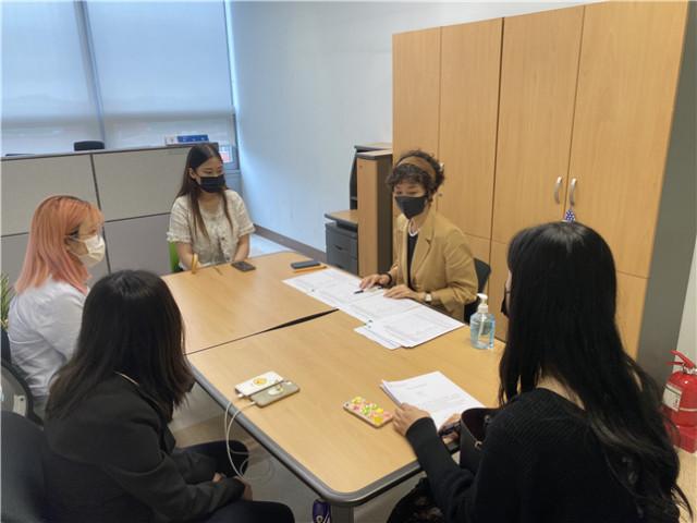 박수현 장안대 국제교류센터장과 글로벌 현장학습에 지원한 학생들이 면담을 하고 있다