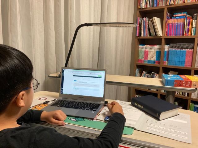 프레임 국어 온라인 학습 화면에서 독해 연습을 하는 모습. 온라인과 병행해서 언어노트에 공부한 내용을 정리하고 있다