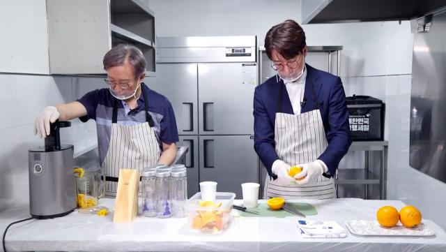 권칠승 장관과 조우종 아나운서가 공유주방에서 소상공인을 위한 음료를 제조하고 있다