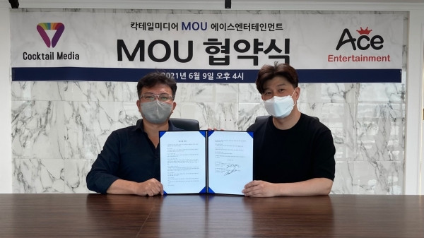 왼쪽부터 칵테일 미디어 정현 대표와 ACE 엔터테인먼트 최춘 대표가 메타버스 게임 개발 업무협약을 맺고 기념 촬영을 하고 있다