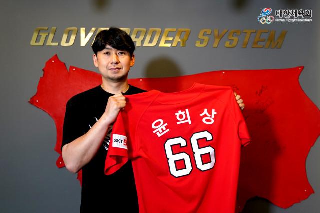 대학체육대회 진로지원센터 유튜브 프로그램인 인큐베이터에 출연하는 전 SK와이번스 윤희상 선수가 유니폼을 들고 있다