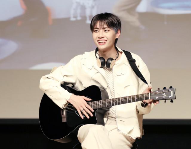 가수 이진혁의 팬들이 캄보디아에 우물을 선물했다