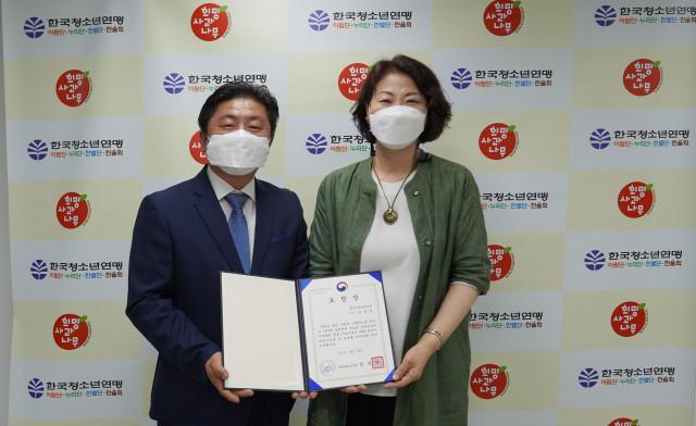 왼쪽부터 홍성생태학교나무 모영선 이사장이 한국청소년연맹 황경주 사무총장과 기념촬영을 하고 있다