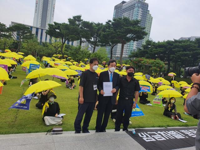 더불어민주당 이낙연 전 대표가 집회 중인 광주광역시 지역아동센터 종사자들을 위로하고 있다