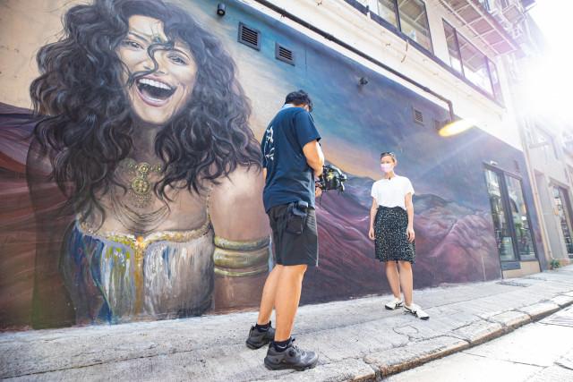 슈퍼 팬인 알렉산드라 언레인이 센트럴의 신힝 스트리트에 그려진 스트리트 아트를 즐기고 있다
