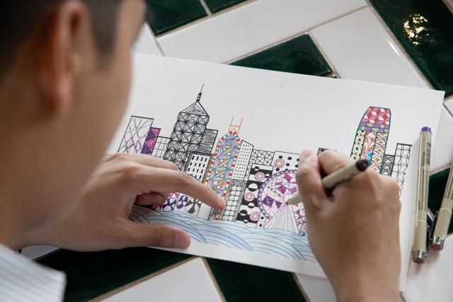 참가자들이 젠탱글 아트 체험을 통해 홍콩의 스카이라인에 생기를 불어넣는다
