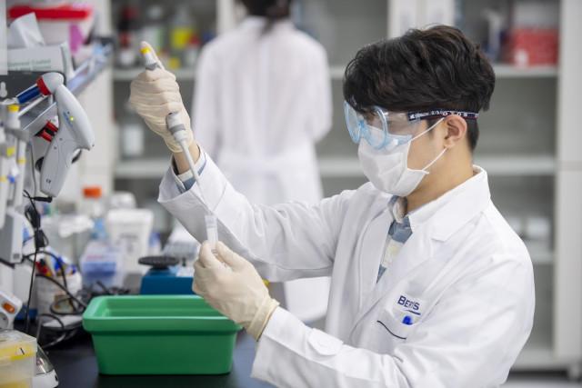 베르티스 연구원이 혈액 내 표적 단백질을 연구하고 있다