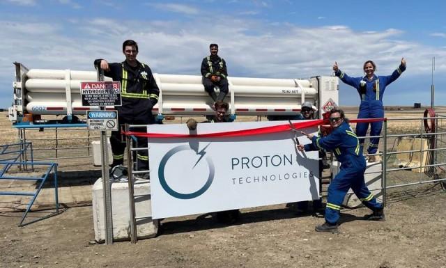 프로톤 테크놀로지스 직원들이 새로운 튜브 트레일러 앞에서 포즈를 취하고 있다