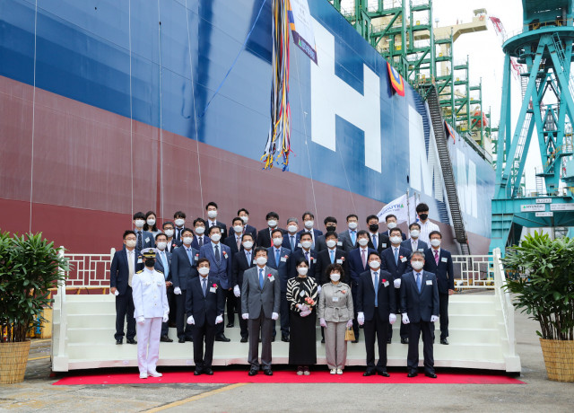 참석자들이 HMM Daon호 명명식 행사에서 기념 촬영을 하고 있다
