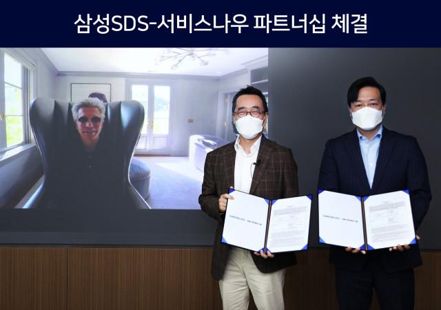 왼쪽부터 서비스나우 빌 맥더멋(Bill McDermott) CEO, 삼성SDS 황성우 대표, 서비스나우 김규하 한국대표가 체결식에서 기념 촬영을 하고 있다