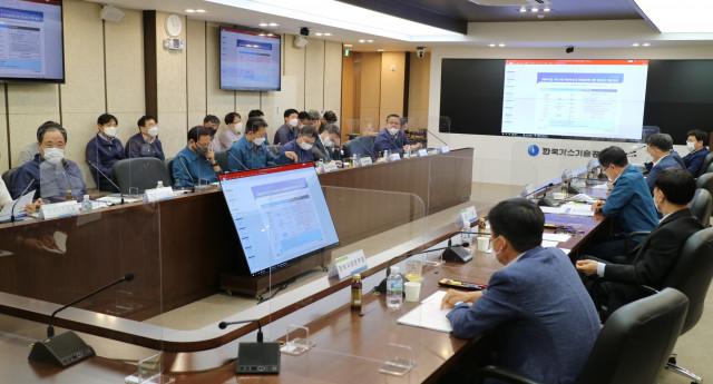 더존비즈온이 차세대 정보시스템 구축 사업 중간보고회를 진행하고 있다