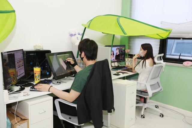 콘텐츠산업 청년 일자리 리쇼어링 프로젝트 참여기업인 그린프로덕션 직원들이 웹툰 작업을 하고 있다