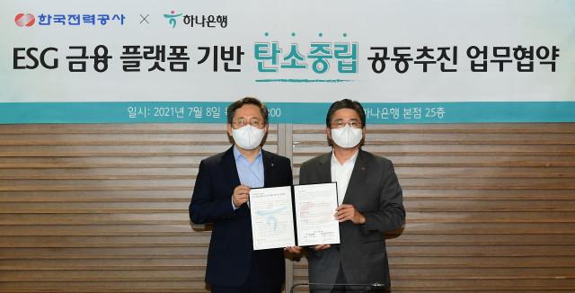 왼쪽부터 박성호 하나은행장와 정승일 한전사장이 협약식에서 기념 촬영을 하고 있다