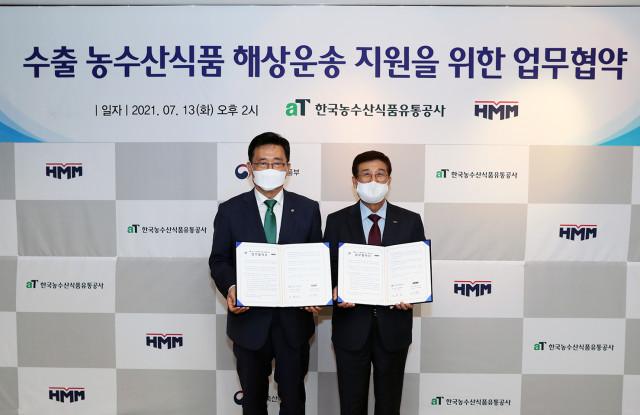왼쪽부터 김춘진 한국농수산식품유통공사(aT) 사장과 배재훈 HMM 대표이사가 협약식에서 기념 촬영을 하고 있다
