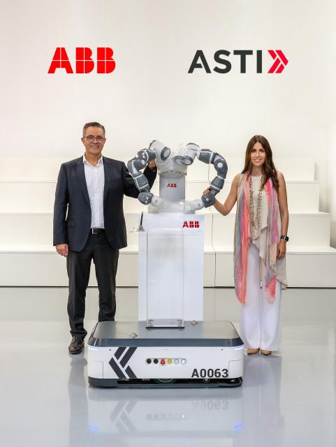맨 왼쪽부터 ABB 로봇 사업부 사이 아티야 사장, ASTI 베로니카 파스쿠알 보에(Veronica Pascual Boé)대표가 양팔 협동 로봇 'AMR'을 사이에 두고 서 있다