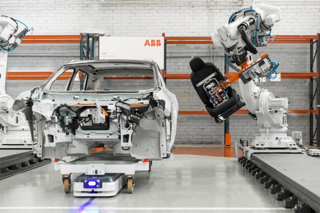 자동자 조립 공정에 있는 ABB 로봇과 ASTI 비디봇(BidiBot)
