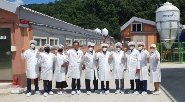 서규용 전 장관 등 관계자들이 경북 고령 해지음 농장을 방문해 'ICT 기반 축산 냄새 저감 안개분무 시스템' 시설을 둘러 보고 있다