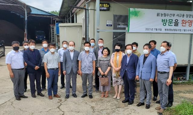 전북 완주 봉동영농조합 농장을 방문 'ICT 기반 축산 냄새 저감 안개분무 시스템' 시설을 들러 보는 관계자들