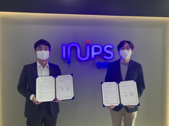 왼쪽부터 김수래 인업스 팀장과 김종규 식스티헤르츠 대표가 업무협약식을 맺은 후 기념촬영을 하고 있다