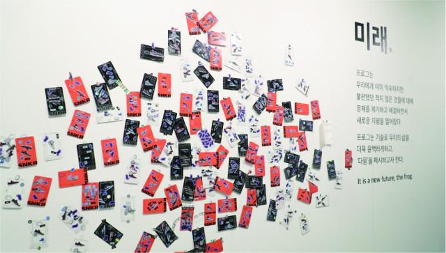 고객들이 직접 스티커로 꾸민 NFT 모형 카드. 이 가운데 일부는 실제 NFT로 제작돼 해당 고객에게 발송된다