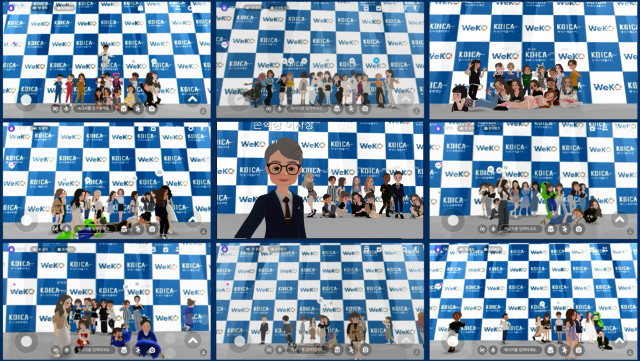 코이카 위코 3기 온라인 메타버스 발대식 현장에 마련된 가상의 포토존에서 손혁상 이사장 캐릭터와 위코 3기 서포터즈 캐릭터가 함께 기념 촬영을 하고 있다