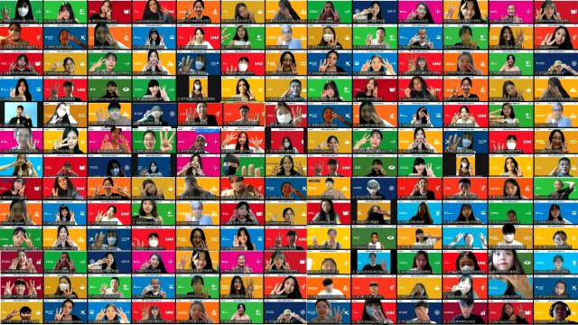 코이카 위코 3기 온라인 메타버스 발대식에서 120명의 서포터즈가 함께 SDGs(지속가능개발목표) 배경으로 세레모니를 하고 있다