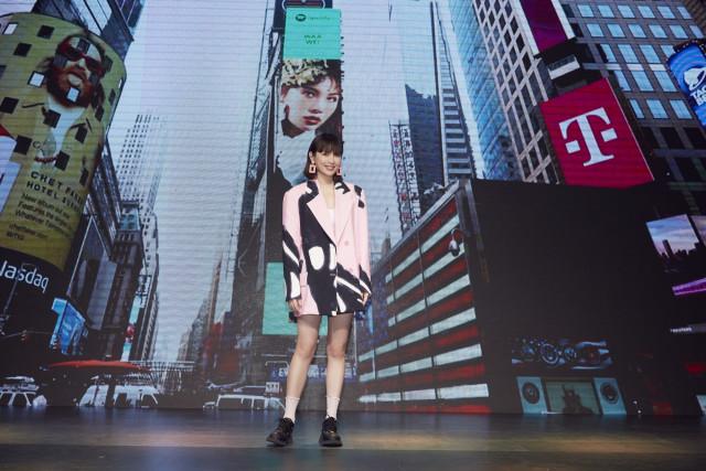 온라인 기자회견에서 스포티파이 EQUAL 잡지 본인 커버 앞에 선 와웨이(사진 제공 : forgoodmusic)