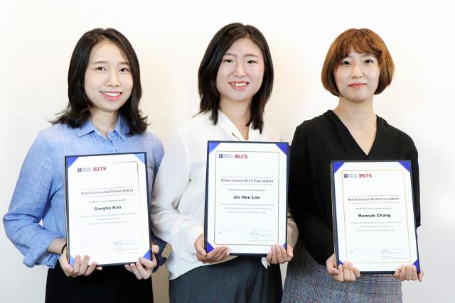왼쪽부터 2020/21년도 IELTS Prize 최종 수상자인 김송하, 임진희, 장한나씨