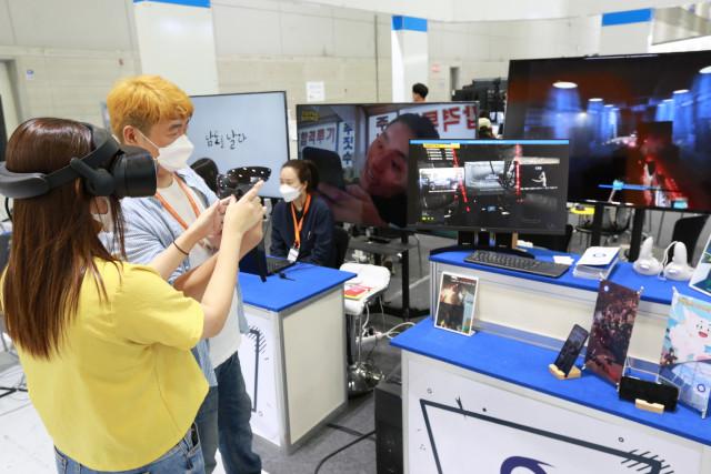 2021 광주 ACE Fair에 참가한 시민이 전남정보문화산업진흥원 공동관에서 스토미게임즈가 개발한 '플라이 슈팅 VR' 콘텐츠를 체험하고 있다