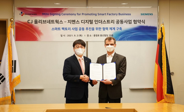 Thomas Schmid, Head of Digital Industries at Siemens Korea (Right), and InHyok Cha, CEO of CJ OliveN...