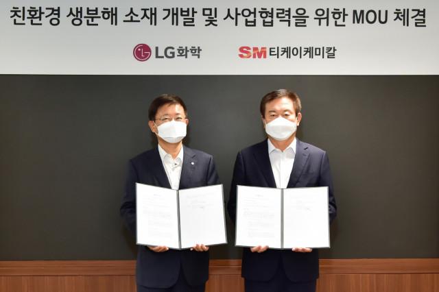 왼쪽부터 노국래 LG화학 석유화학사업본부장과 김병지 티케이케미칼 대표이사가 업무 협약을 맺고 기념촬영을 하고 있다
