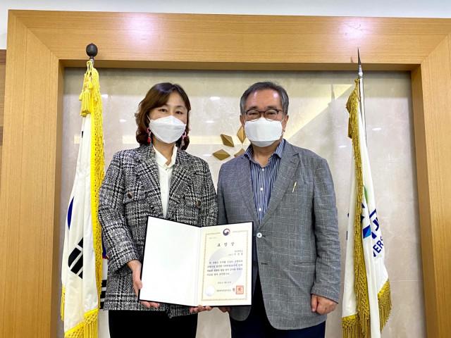 왼쪽부터 이금실 교수와 김태일 장안대학교 총장이 기념촬영을 하고 있다