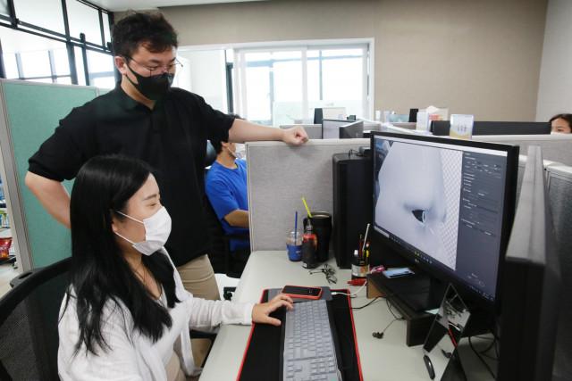 DNA+US 프로젝트 참여청년 박지영 사원이 다온플레이스 주식회사의 박주현 대표이사로부터 업무 중 피드백을 받고 있다