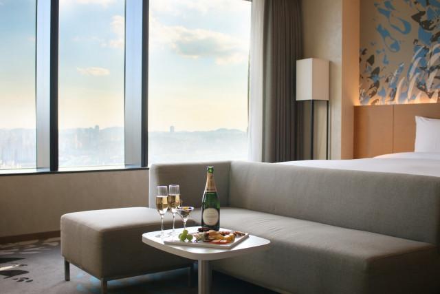 호텔 서울드래곤시티가 여유로운 가을 호캉스 즐기는 '힐링 칠링' 패키지를 출시했다
