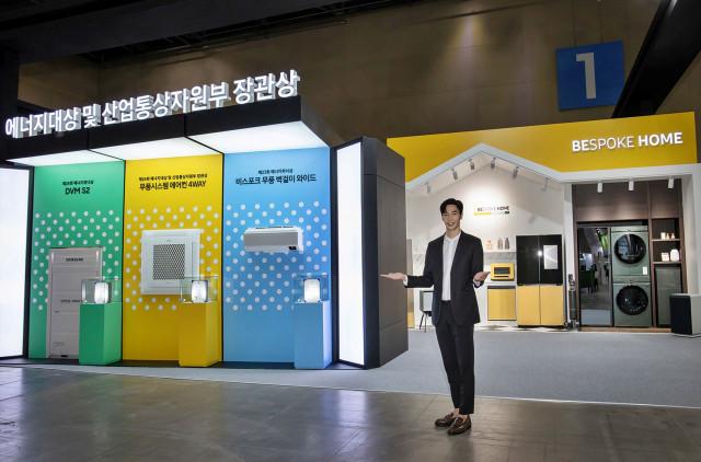 삼성전자 모델이 2021 대한민국 에너지대전 전시장에서 기념 촬영을 하고 있다