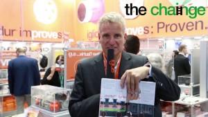 플라스틱 폐기물 감소와 재활용 공정 개선에 기여 하겠다는 chain-ge 캠페인의 목표를 설명하는 igus GmbH의 CEO 프랑크 블라제